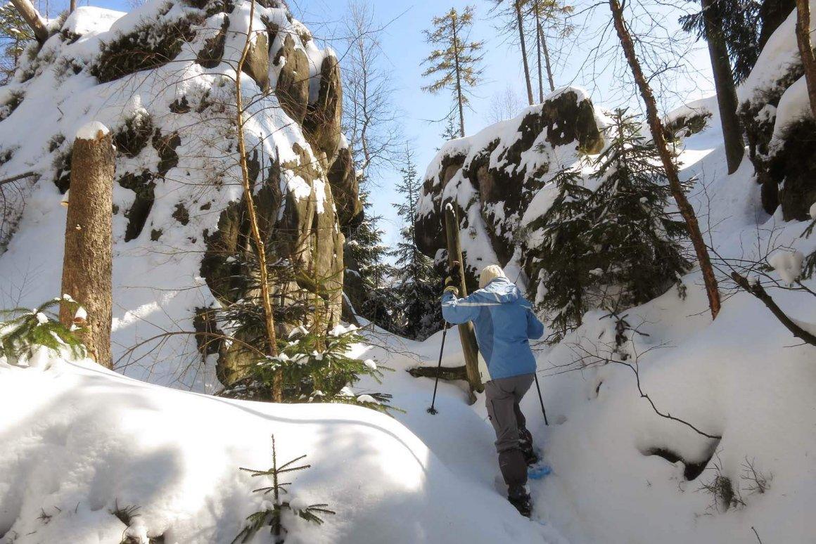 jak chodzić w rakietach śnieżnych